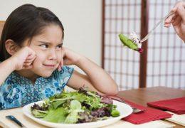 Làm sao để cho trẻ chịu ăn rau củ?