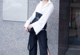 Kiểu quần ống xẻ tà lưng cáo phối cùng áo sơ mi trắng tay loa kèn cũng đang là mốt thời trang hứa hẹn làm điên đảo các tín đồ mê làm đẹp.