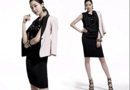 Trang phục màu tối kèm theo áo khoác ngoài sẽ giúp chị em trở nên thành đạt hơn.