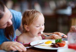 Đừng rán trứng quá kỹ khi cho trẻ ăn