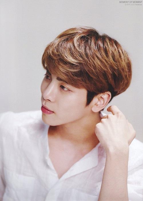 Jonghyun (SHINee) lại nổi tiếng với làn da láng mịn, căng bóng không thua kém sao nữ nào. Cũng nhờ vậy mà anh từng được mời làm gương mặt đại diện cho dòng sản phẩm dưỡng da của thương hiệu The Saem. Bí quyết dưỡng da của Jonghyun là thường xuyên đắp mặt nạ cũng như sử dụng kem mắt để duy trì độ ẩm tối đa cho da.