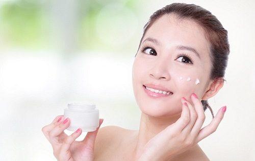 Khi sử dụng kem dưỡng ẩm không nên quá lạm dụng