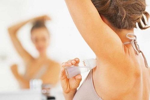 Sử dụng lăng khử mùi là cách để loại bỏ mùi cơ thể